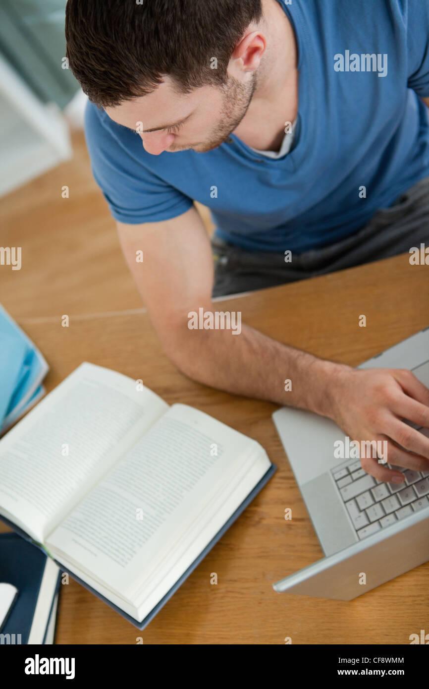 Student nutzt das Internet, um die richtige Antwort zu finden Stockbild