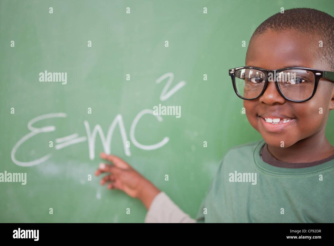 Intelligente Schüler zeigen die Masse – Energie-Äquivalenz Stockfoto