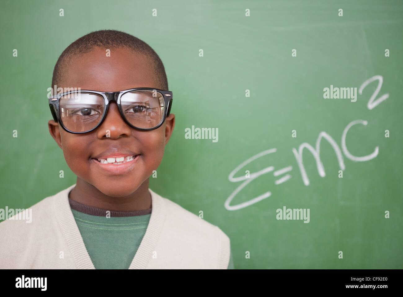 Schuljunge posiert mit der Masse – Energie-Äquivalenz Formel Stockfoto