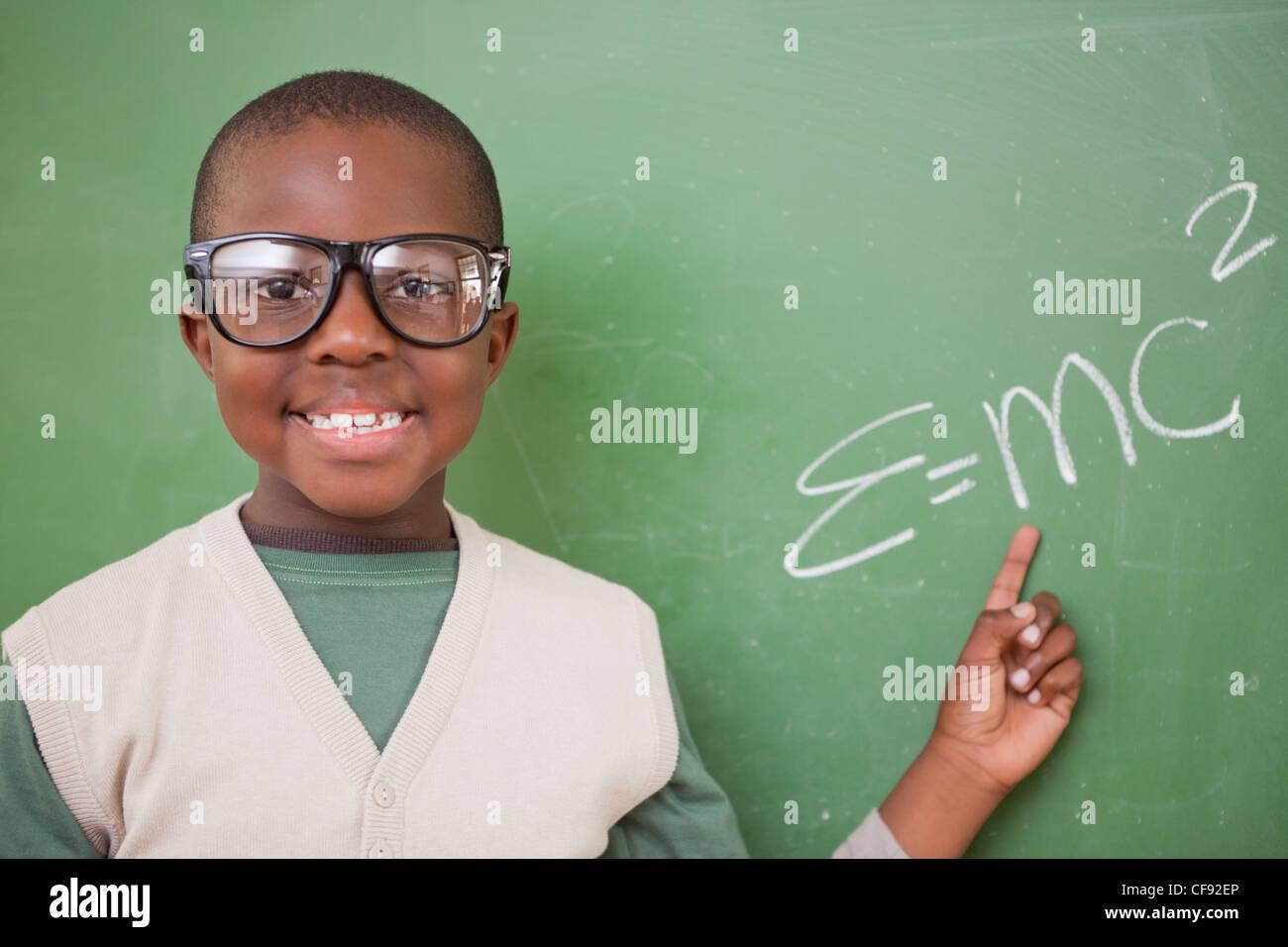Schüler zeigen die Masse – Energie-Äquivalenz Formel Stockfoto