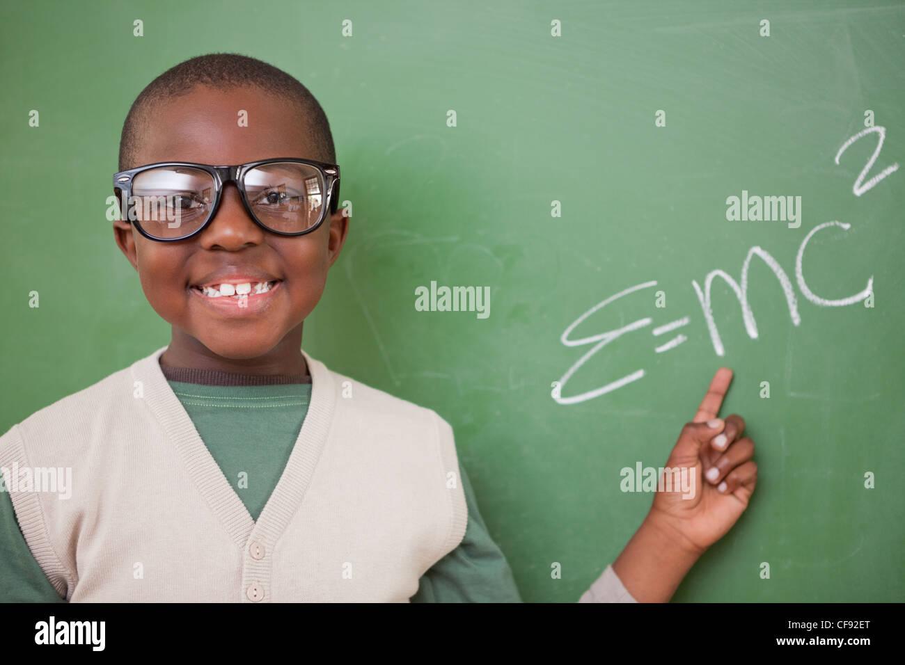Intelligente Schüler zeigen die Masse – Energie-Äquivalenz Formel Stockfoto