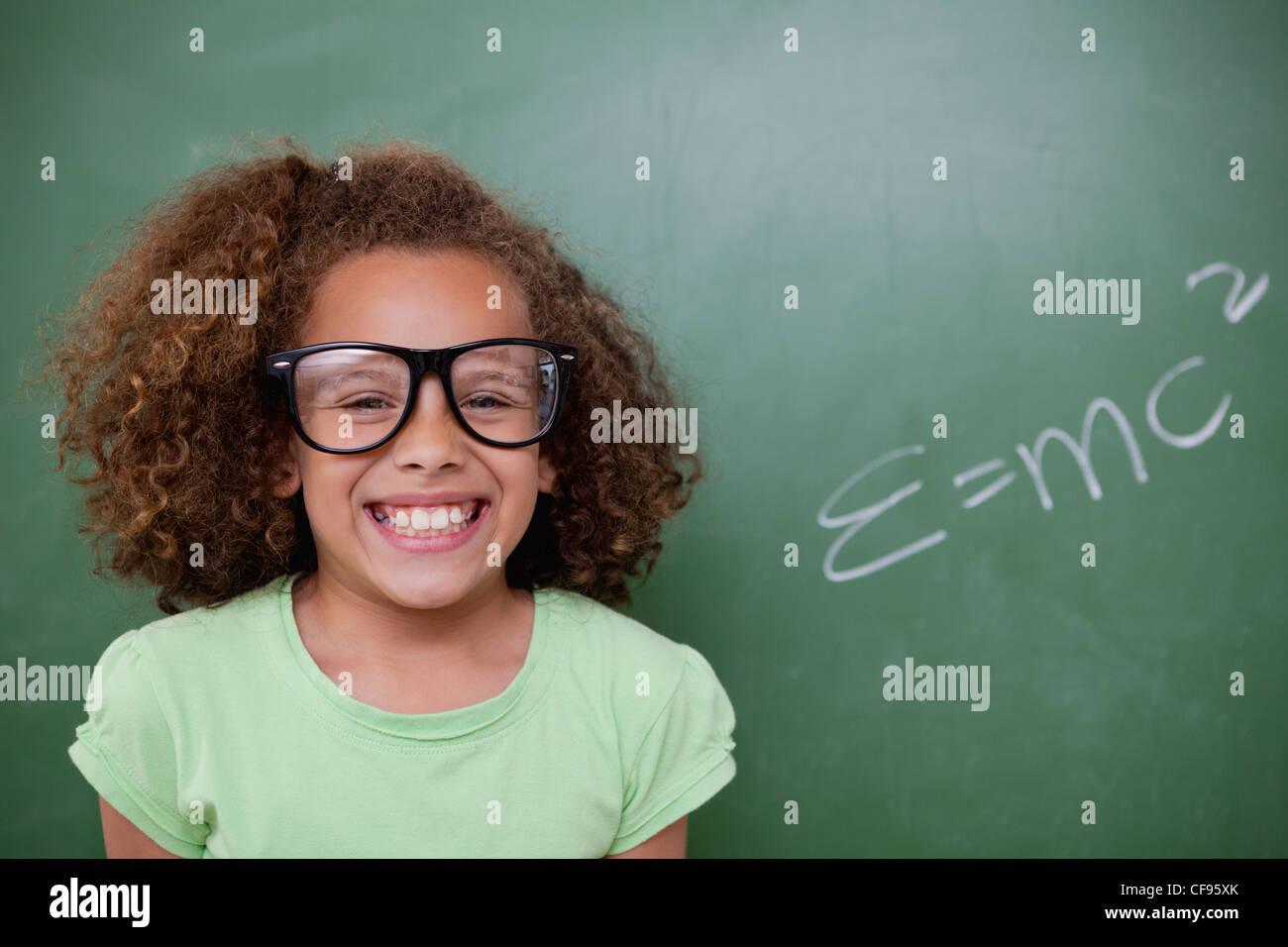 Schulmädchen posiert mit der Masse – Energie-Äquivalenz Formel Stockfoto