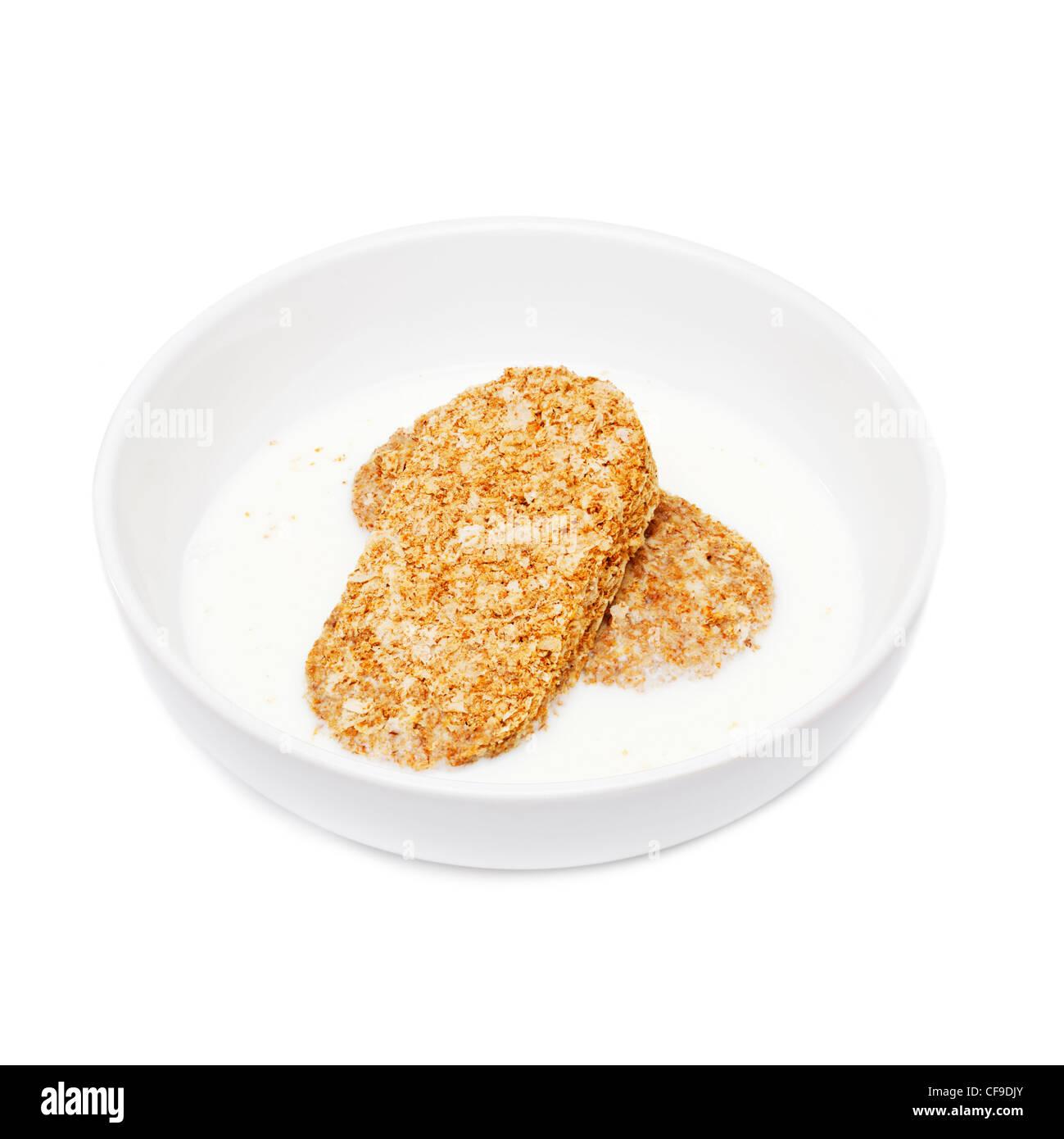 Weetabix Frühstücks-Cerealien in einer weißen Schüssel mit Milch Stockbild