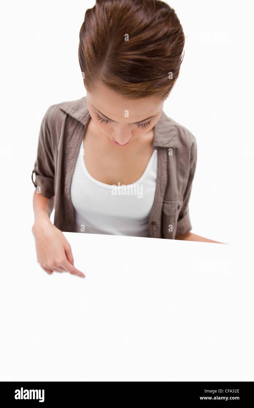 Frau zeigt sich auf leere Schild in der hand Stockfoto, Bild ...