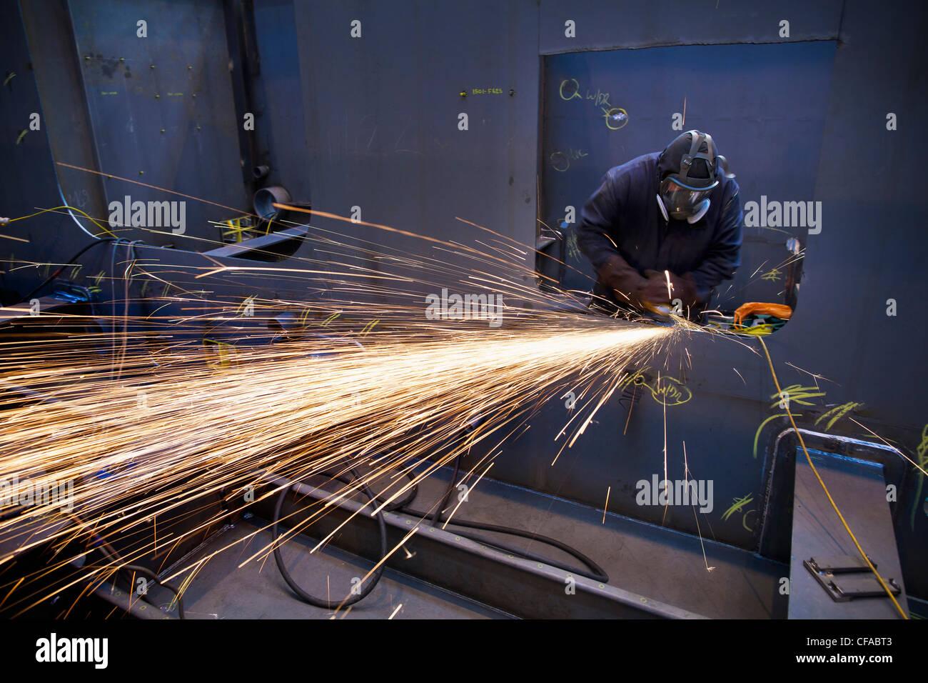 Stahl-Fräser bei der Arbeit in der Werft Stockbild