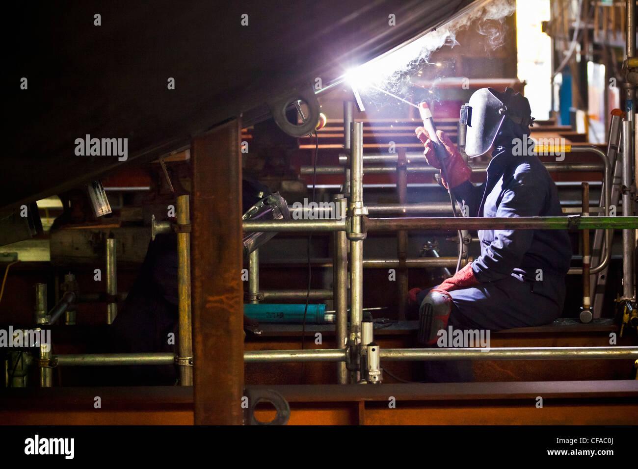 Schweißer bei der Arbeit in der Werft Stockbild