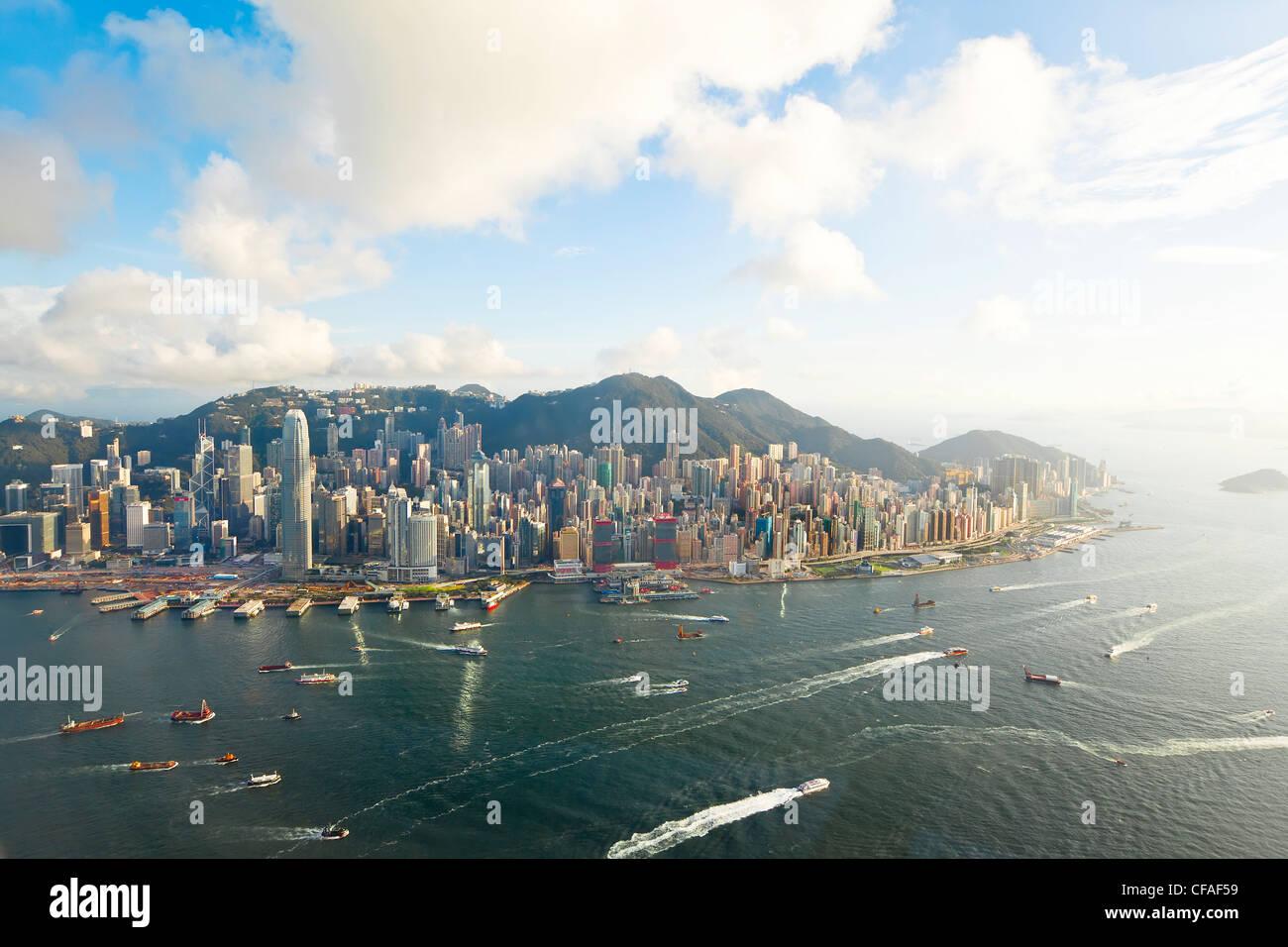 Erhöhten Blick auf den belebten Hafen von Hongkong, Central District von Hong Kong Island und Victoria Peak, Stockbild