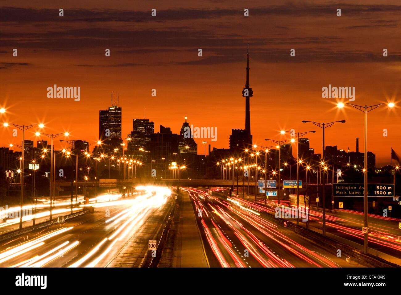 Toronto Skyline und QEW Autobahn mit Morgen Verkehrsaufkommen, Toronto, Ontario, Kanada. Stockbild