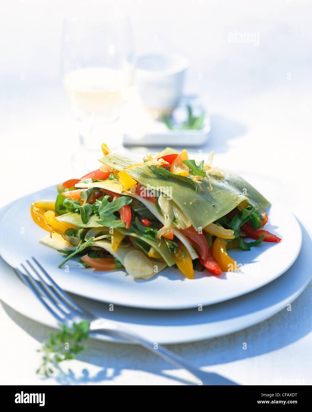 Lasagne mit frischer Tomatensalat Stockbild