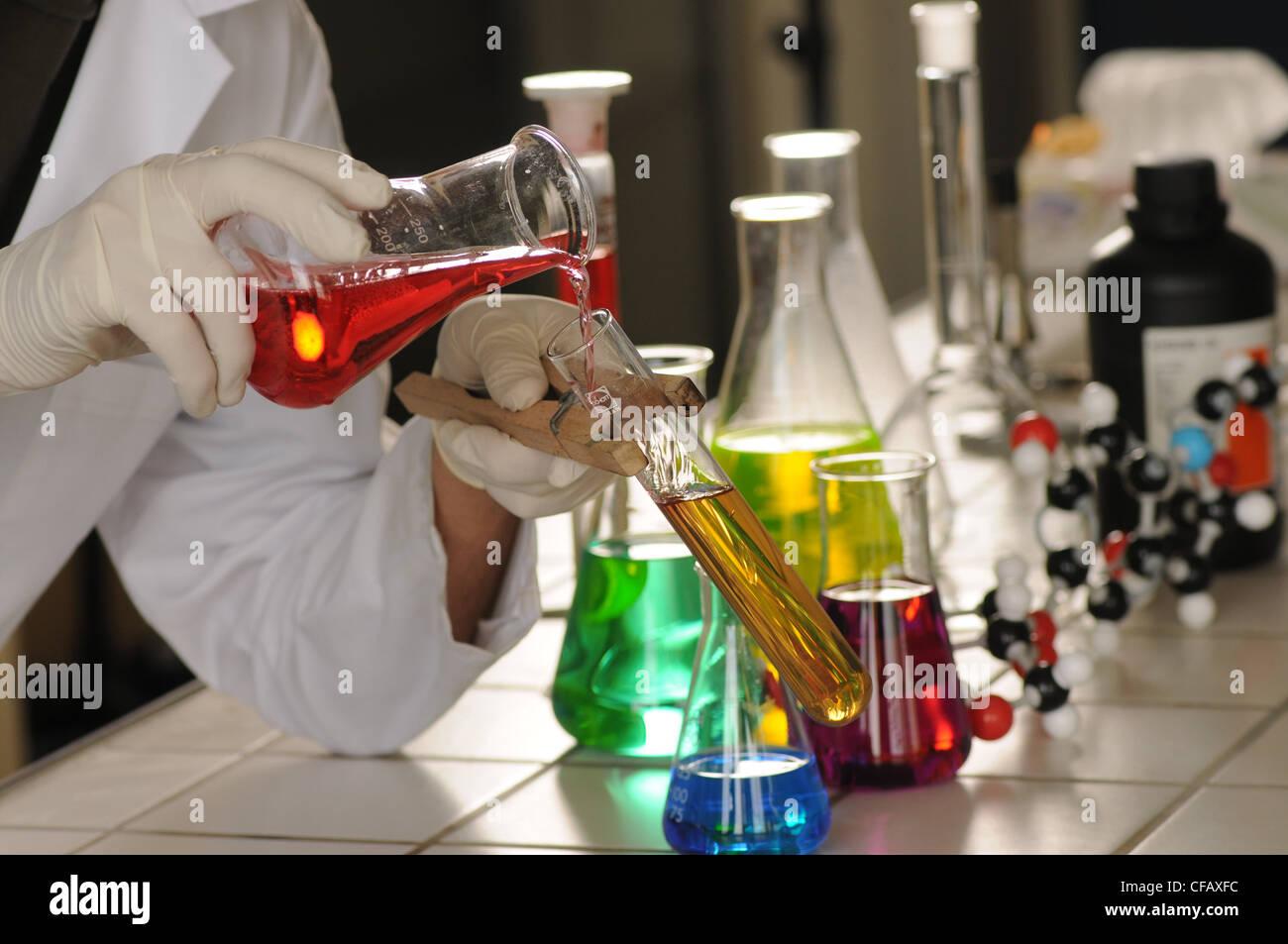 Mann, Forschung, Lehrer, Chemie, Labor, Formeln, Experiment, Wissenschaft, Schule, Bildung, Chemikalien Stockbild