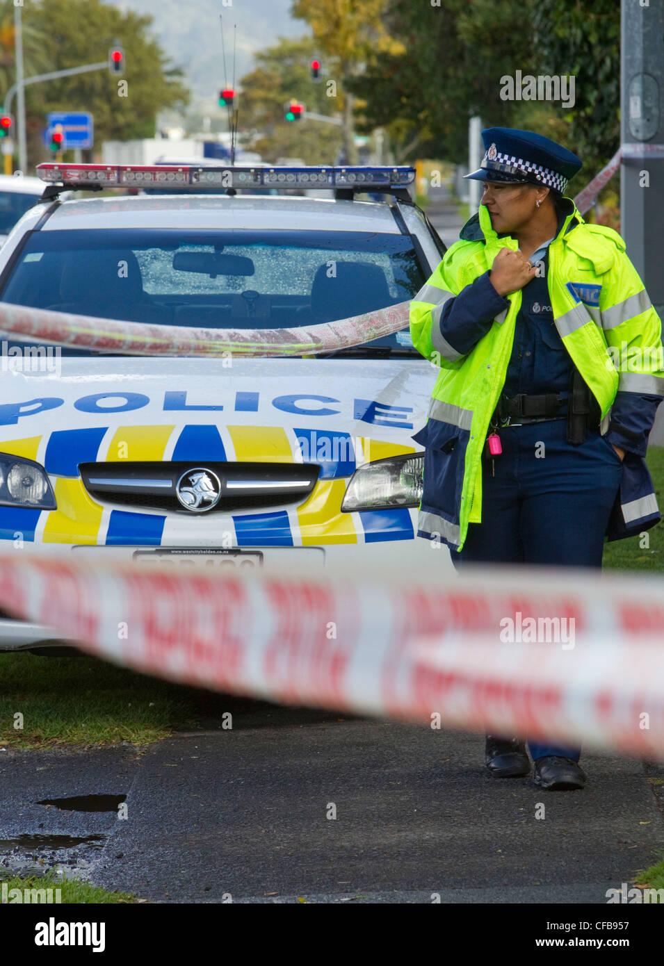 Polizei am Tatort, wo eine Leiche gefunden wurde, Lincoln Road, Auckland, Neuseeland Stockbild