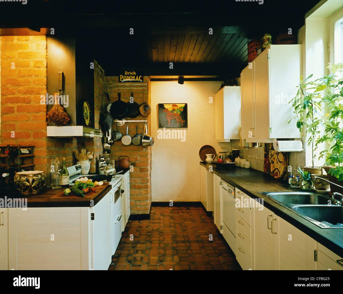 RICHTIGE Häuser: Küche dunkles Holz Terrakotta-Deckenplatten in ...