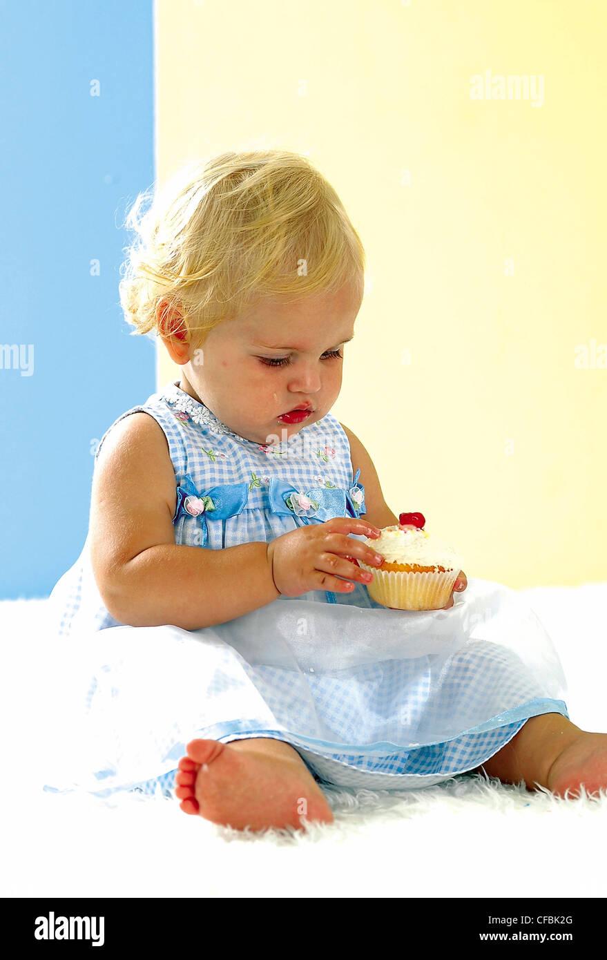 Weibliches Baby Blonde Haare Blau Weiss Karierte Kleid Mit Bogen