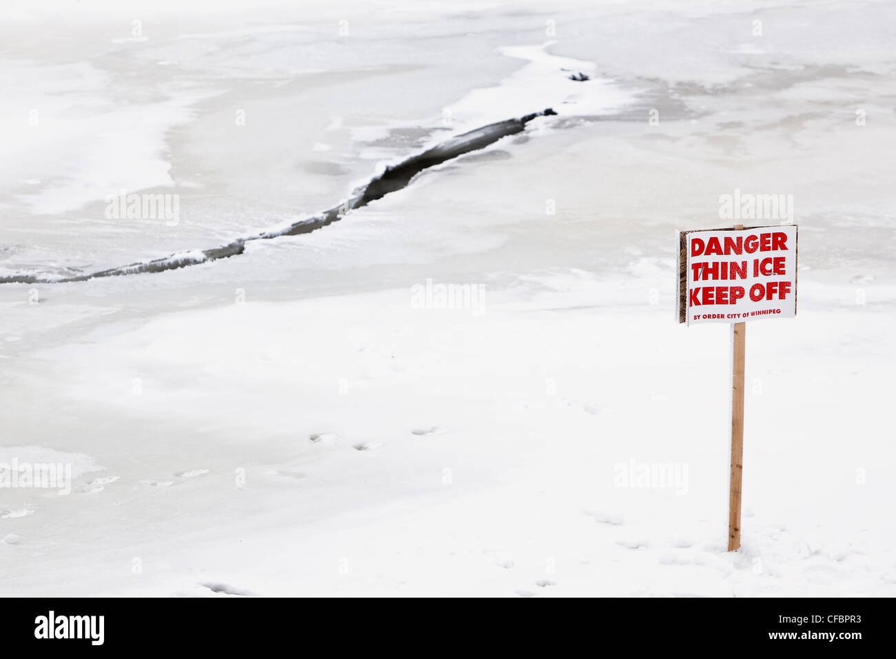 Dünnes Eis zu halten Off Warnung Gefahrenzeichen. Red River, Winnipeg, Manitoba, Kanada. Stockbild