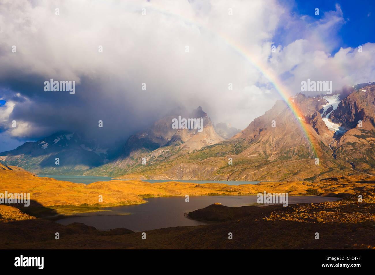 Regenbogen und Cuernos del Paine bei Sonnenaufgang, Torres del Paine Nationalpark, Patagonien, Chile Stockbild