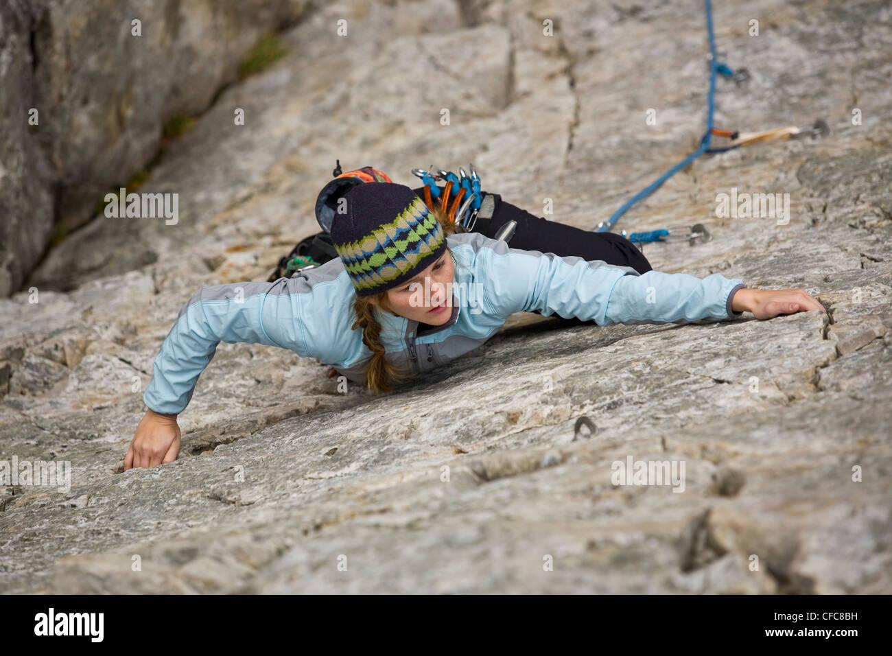 Eine junge Frau Klettern in Kamouraska, QC Stockbild