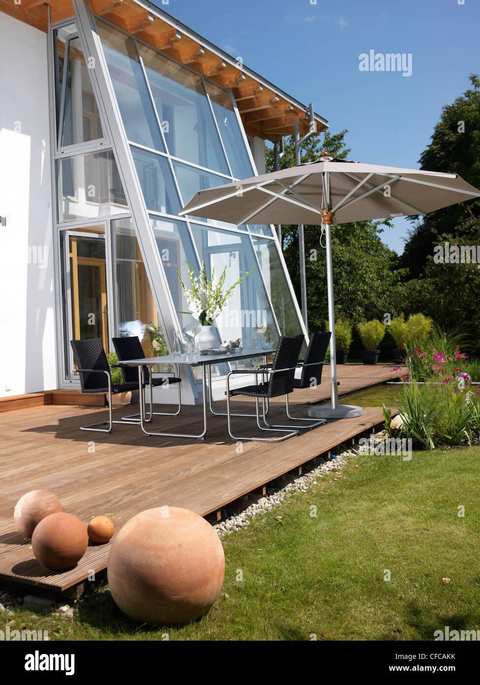 Moderne Privathaus Mit Terrasse Teich Und Garten Mobel In Der Nahe