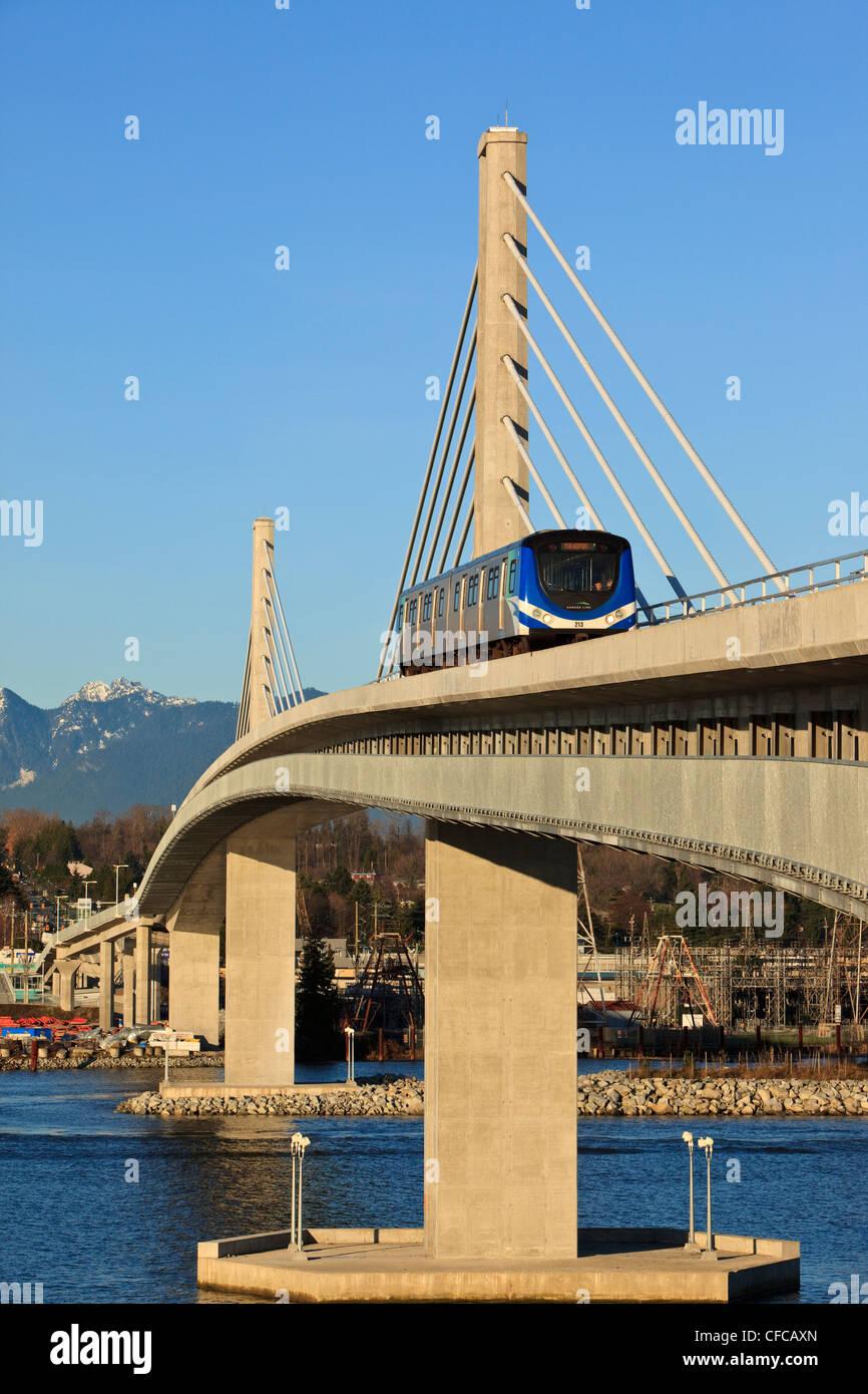 Die Canada Line leichte s-Bahn kreuzt den Fraser River in Richmond. Vancouver British Columbia Kanada. Stockbild