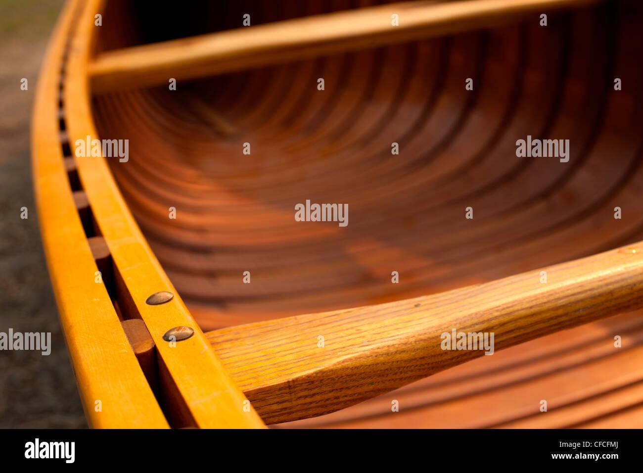 Details zu den Dollborden auf eine Zeder Streifen Kanu. Stockbild