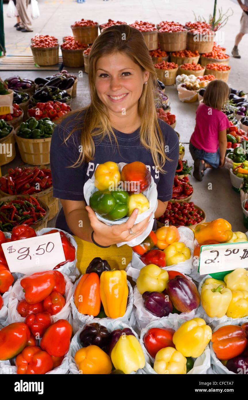 Jean Talon Market mit jungen Frau anzeigen produzieren, Montreal, Quebec, Kanada. Stockfoto