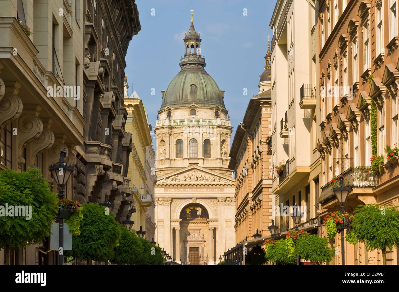 Der Neo-Renaissance-Kuppel der St.-Stephans Basilika, Geschäfte und Gebäude des Zrinyi Utca, zentral-Budapest, Stockbild