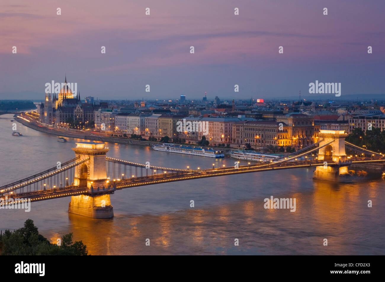 Panorama des ungarischen Parlaments und der Kettenbrücke (Szechenyi Lánchíd), über die Donau, Stockbild