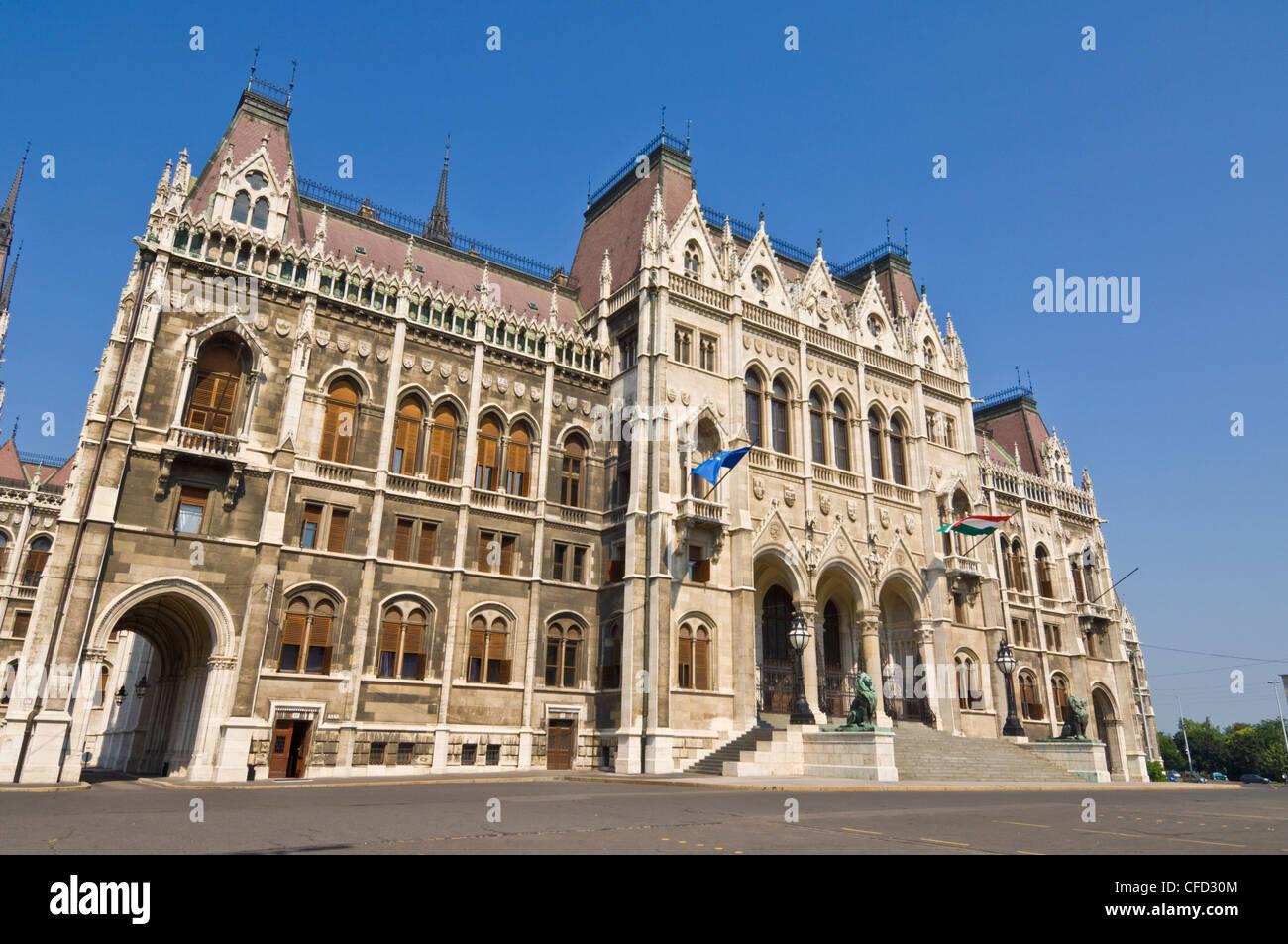 Das neugotische ungarische Parlament, vor dem Eingang, entworfen von Imre Steindl, Budapest, Ungarn, Europa Stockbild