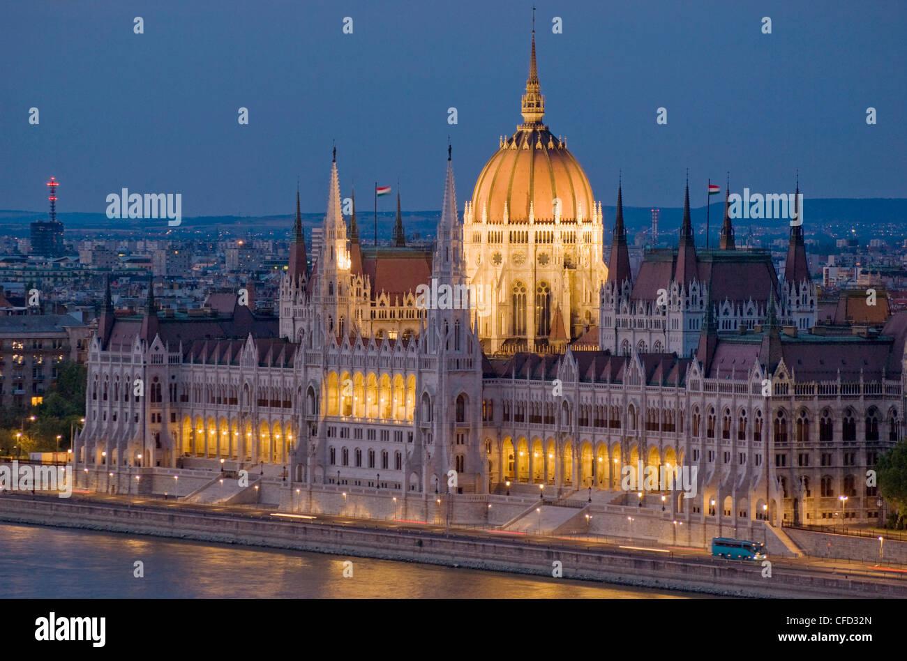 Ungarische Parlament, beleuchtet in der Nacht und der Donau, Budapest, Ungarn Stockbild