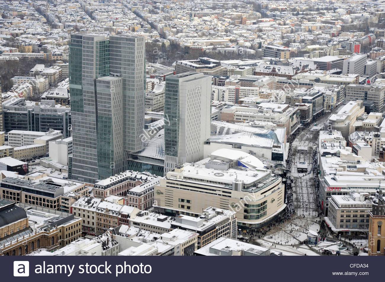 Schneelandschaft im Zeil Straße, moderne Büro tower im Palais Quartier, Frankfurt Hoch Vier, Frankfurt Stockbild