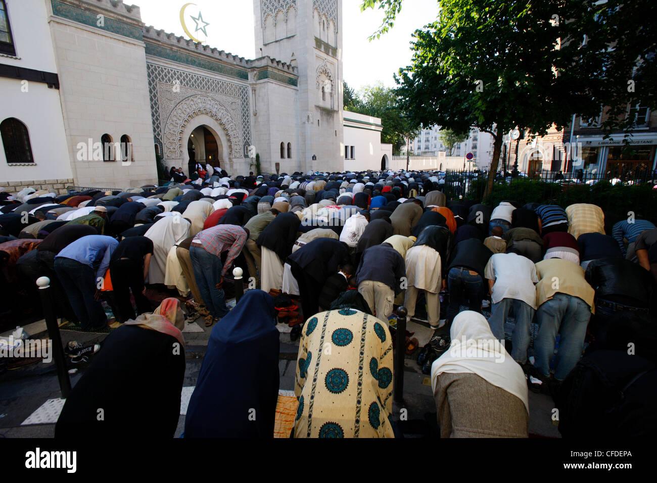 Muslime beten außerhalb der großen Moschee von Paris auf Beihilfen El-Fitr Festival, Paris, Frankreich, Europa Stockfoto
