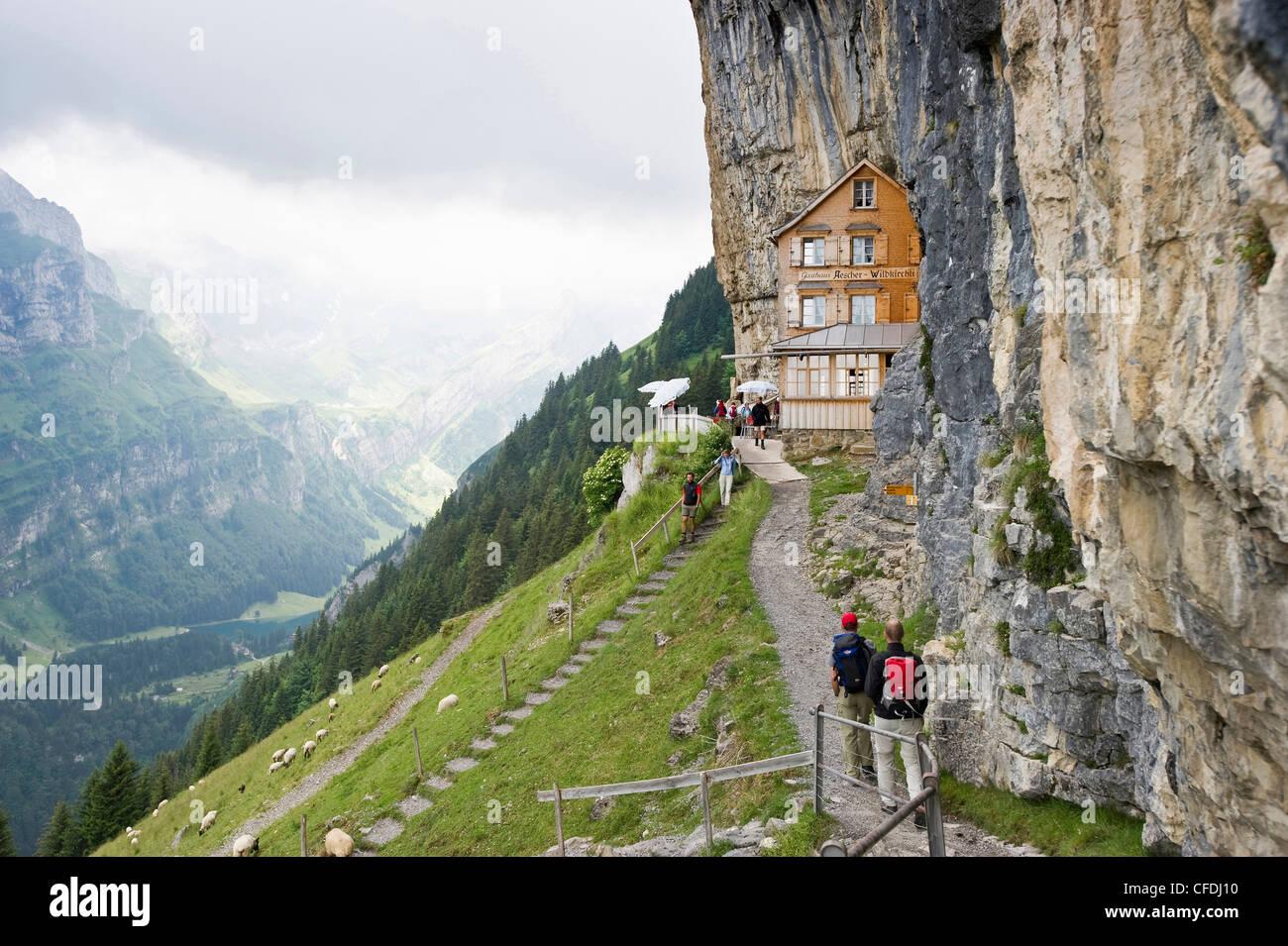 Bergwanderer in der Nähe von Berg Gasthaus Aescher, Ebenalp, Alpstein-massiv, Appenzell Innerrhoden, Schweiz Stockbild