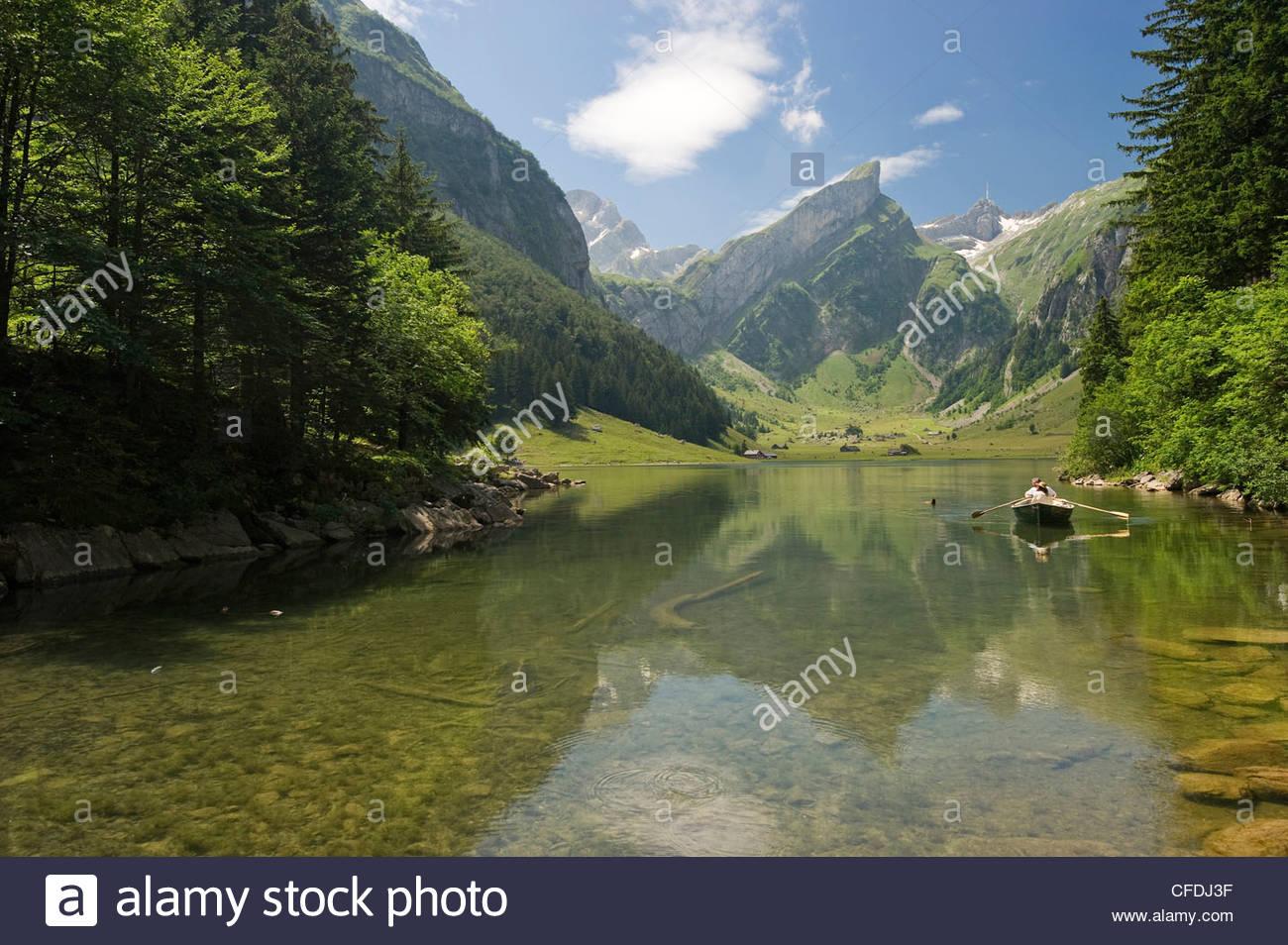 Reflexion und Boot auf See Seealpsee, Alpsteingebirge, Säntis, Appenzeller Land, Schweiz, Europa Stockbild