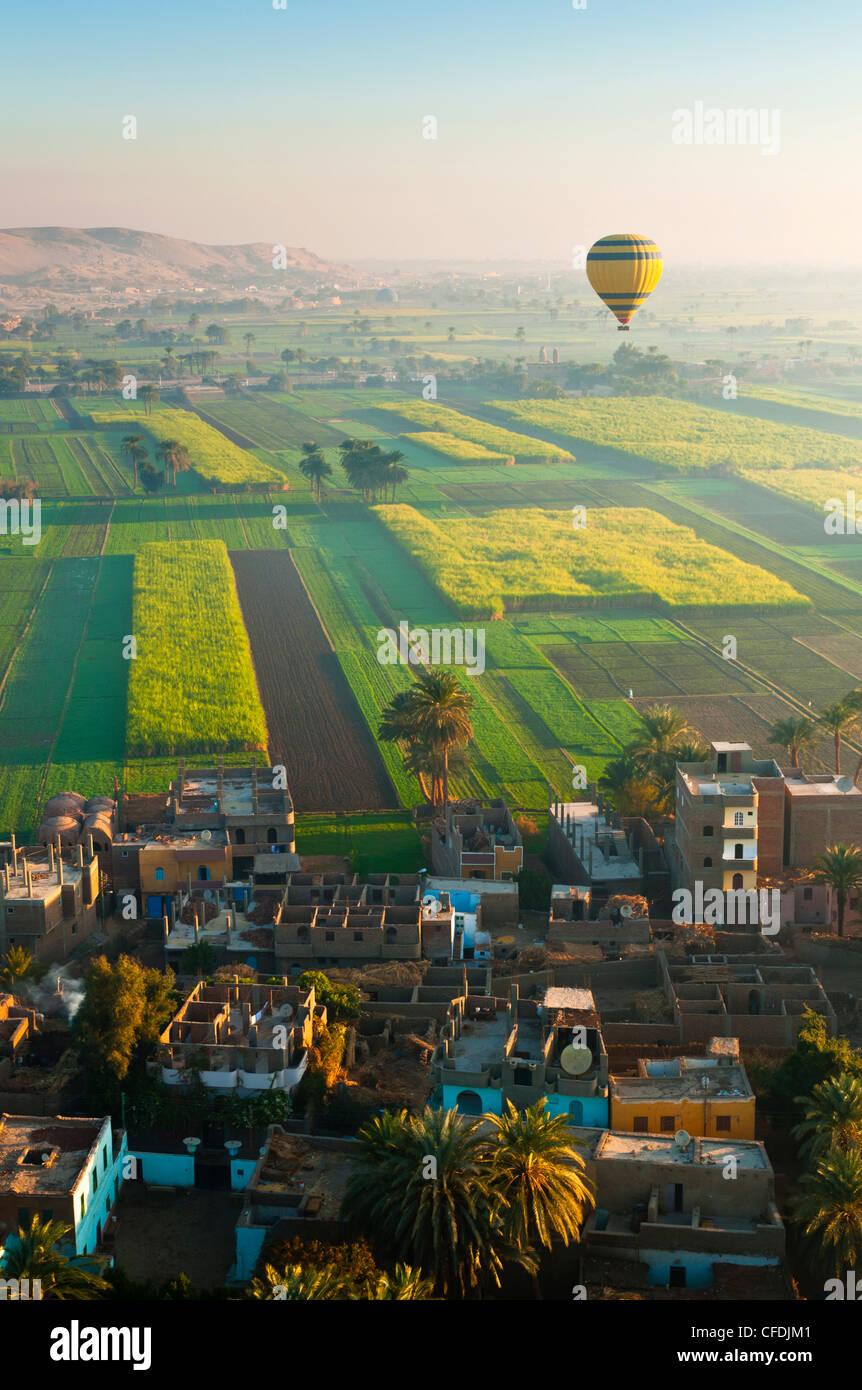 Ballonfahren über Dorf in der Nähe von das Tal der Könige, Theben, Oberägypten, Ägypten, Stockbild