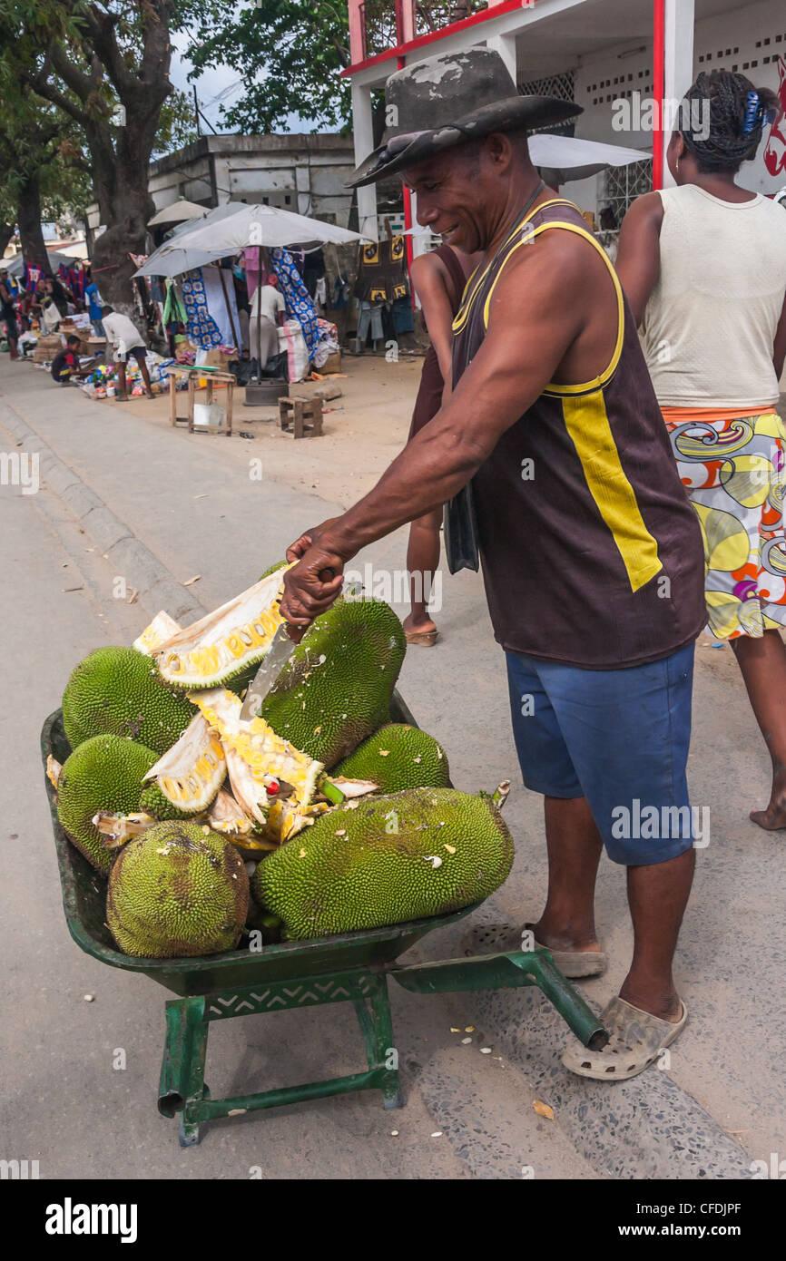 Verkäufer von Brotfrucht auf dem Markt der Ambilobe, Norden von Madagaskar Stockbild