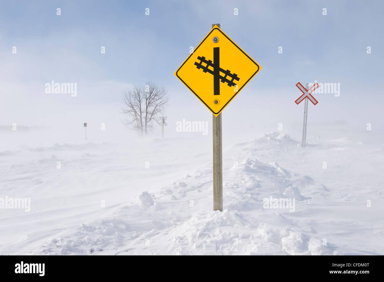 Straßen- und Schienennetz bedeckt mit Schneeverwehungen, in der Nähe von Domäne, Manitoba, Kanada Stockbild