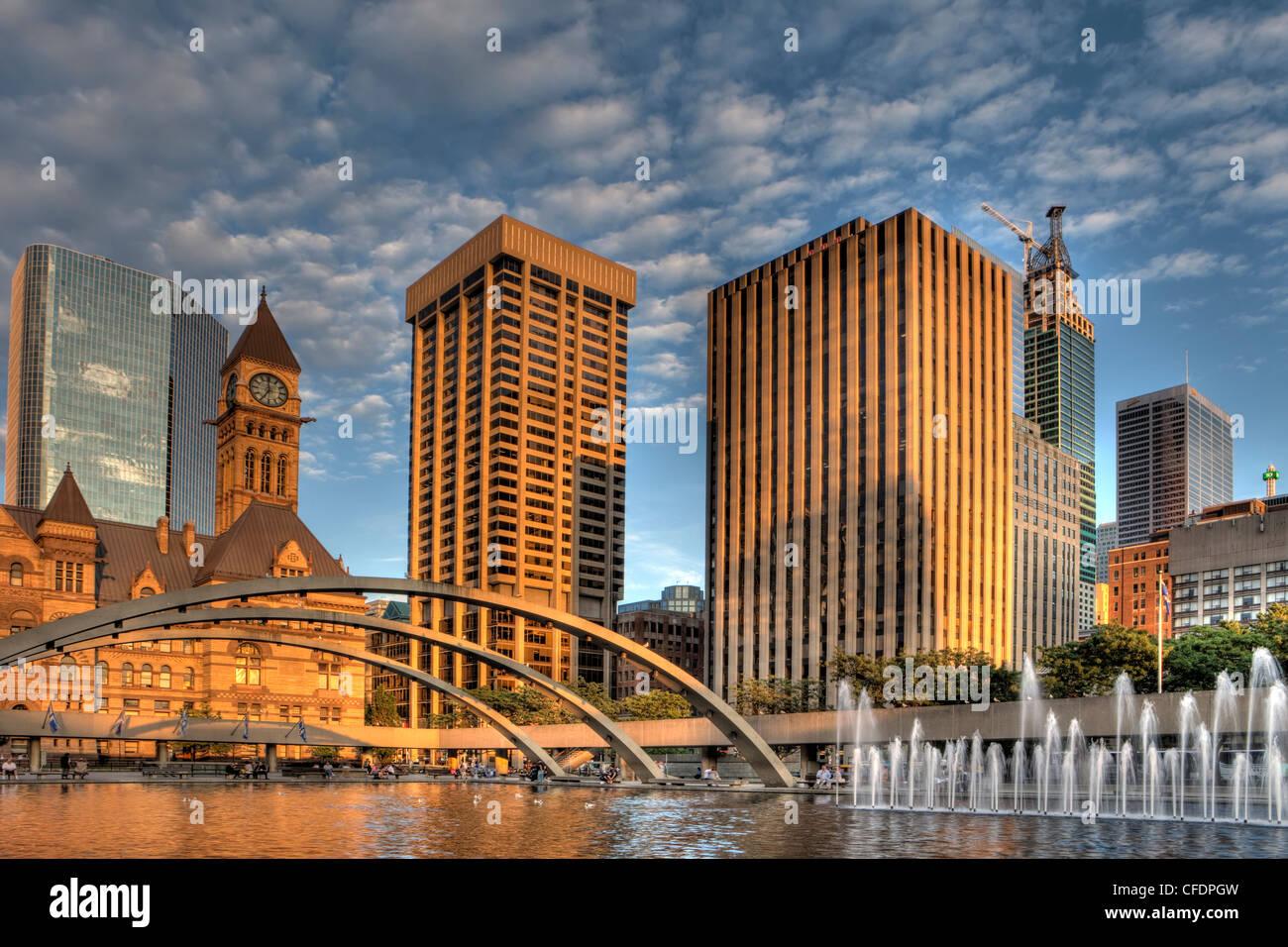 Abend, altes Rathaus und Rathaus-Pool, die Innenstadt von Toronto, Ontario, Kanada Stockbild