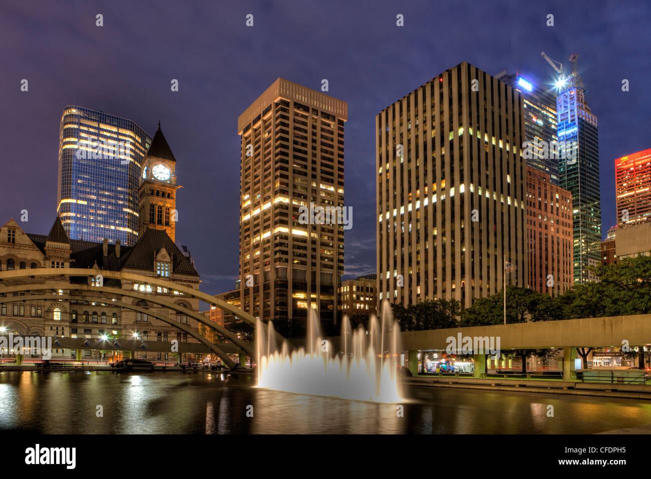 Nacht, altes Rathaus und Rathaus-Pool, die Innenstadt von Toronto, Ontario, Kanada Stockbild