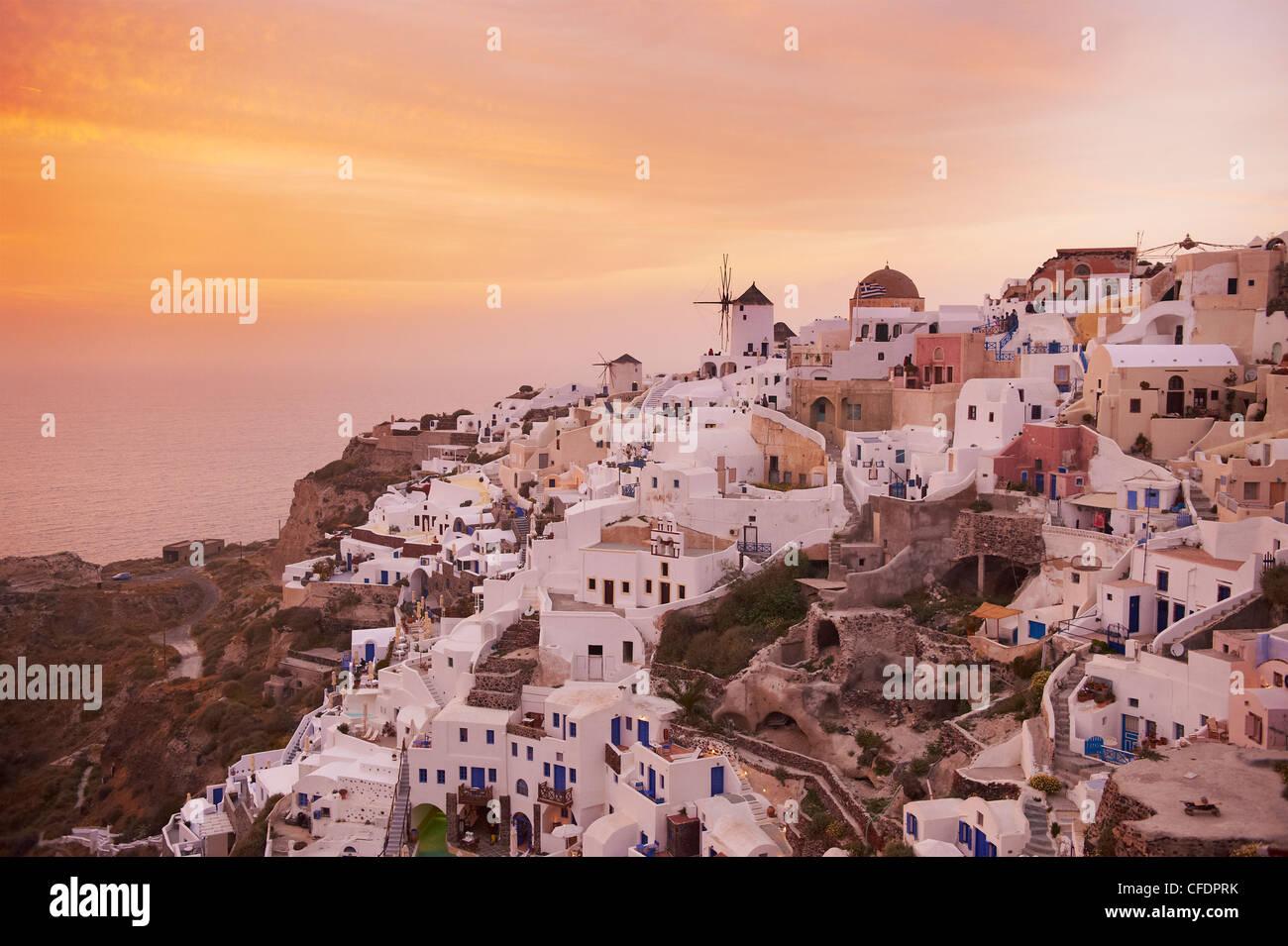 Oia (Ia) Dorf und Mühle, Santorini, Cyclades, griechische Inseln, Griechenland, Europa Stockbild