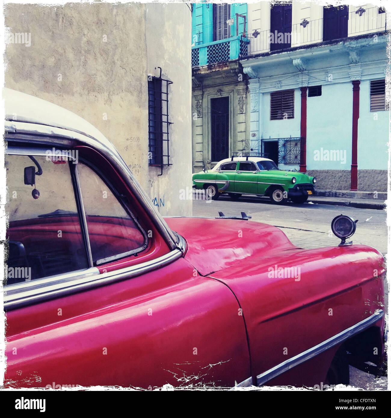 Straßenecke mit roten und grünen amerikanischen Oldtimern, Zentralamerika, Westindien, Havanna, Kuba, Stockbild