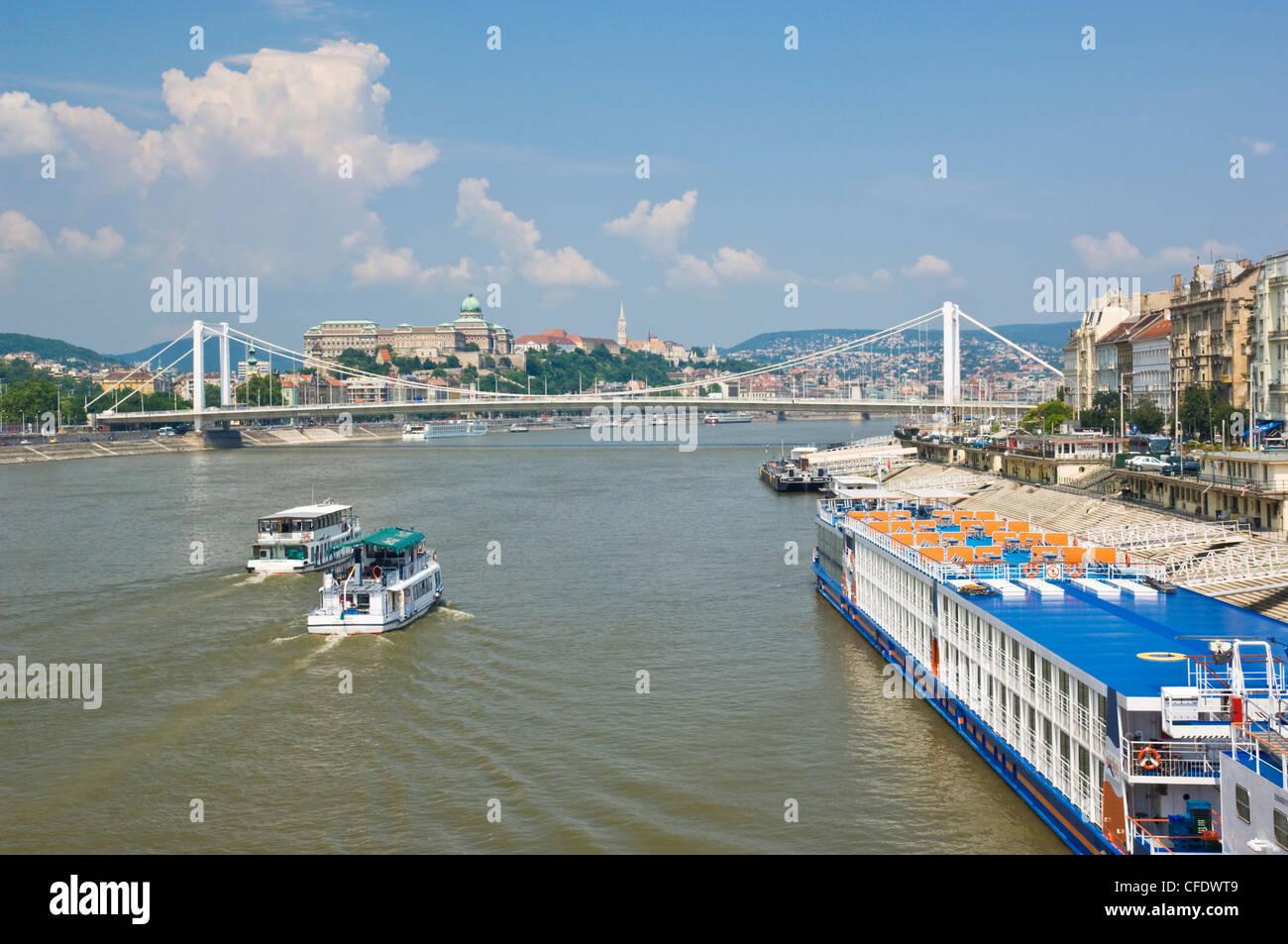 Anzeigen der Elisabethbrücke (Erzebet versteckte) und Kreuzfahrt Schiffe auf der Donau, Budapest, Ungarn, Europa Stockbild