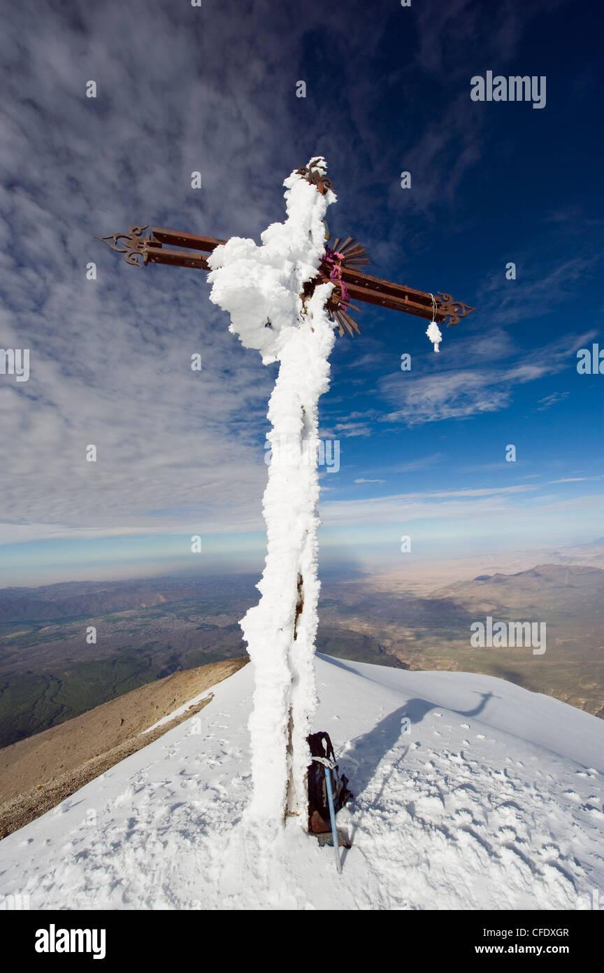 Kreuz auf dem Gipfel des Vulkans El Misti, 5822m, Arequipa, Peru, Südamerika Stockbild