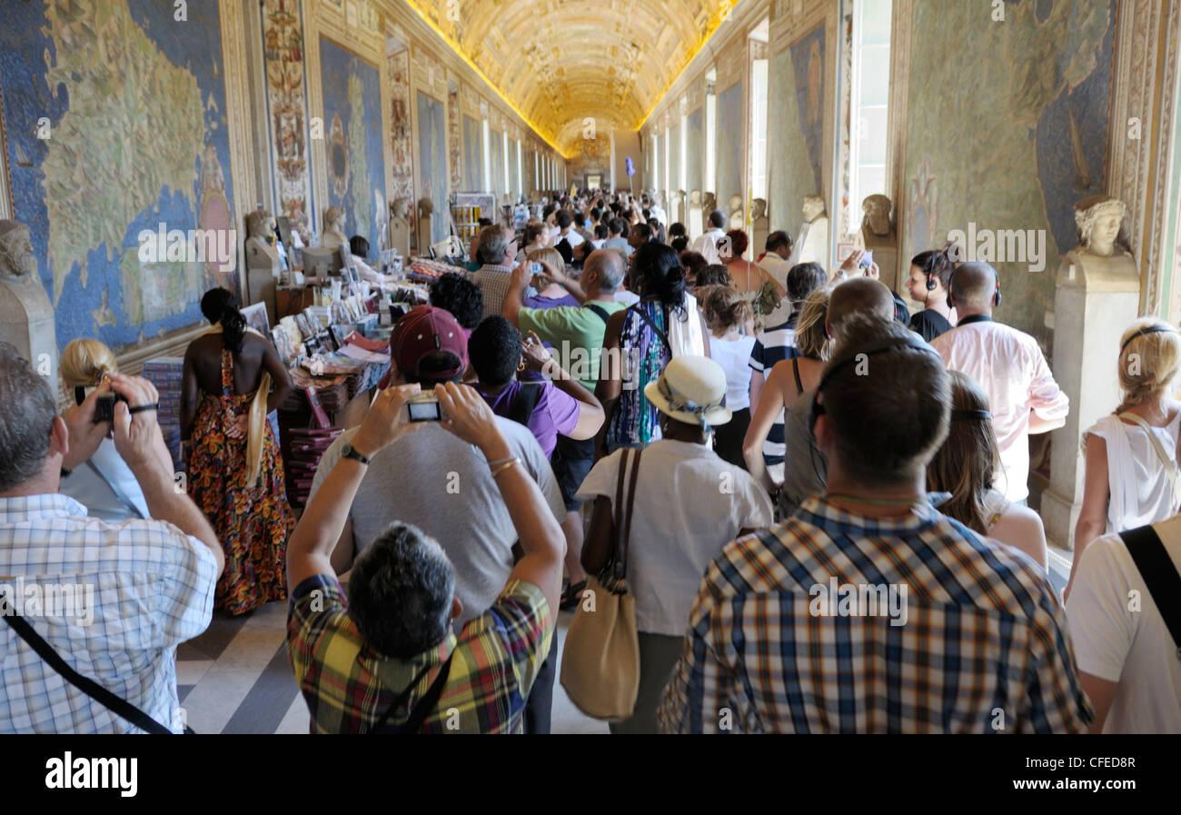 Touristen in die Vatikanischen Museen Stockbild