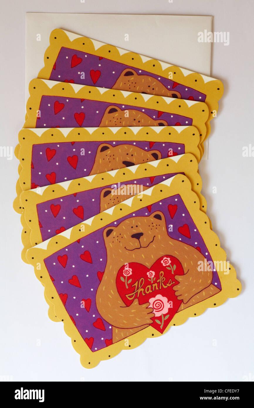 2807966274a324 Dankeschön-Karten mit Bär hält Herz isoliert auf weißem Hintergrund ...