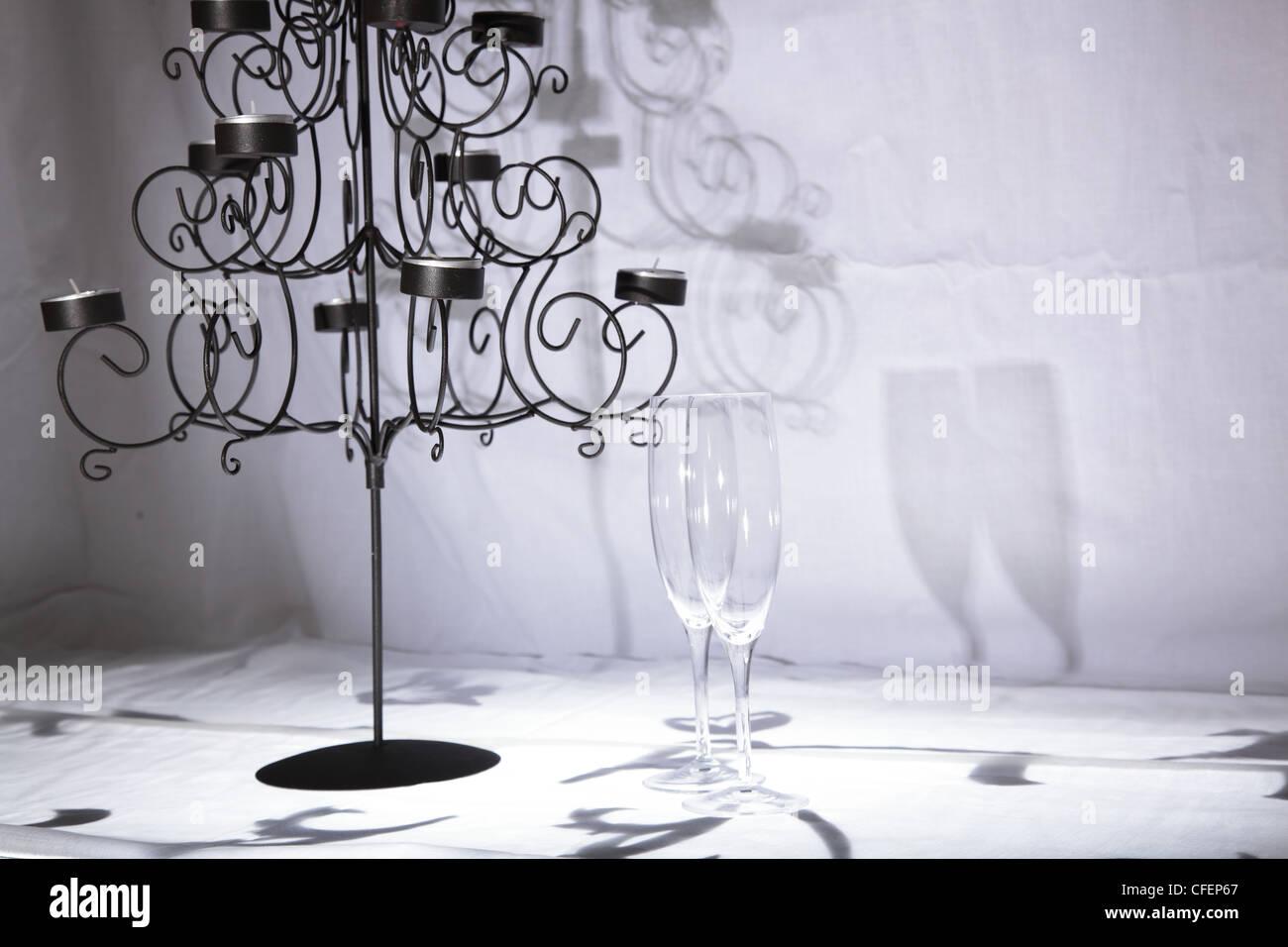 Zwei kristall glas champagner flöten neben gotischen stil