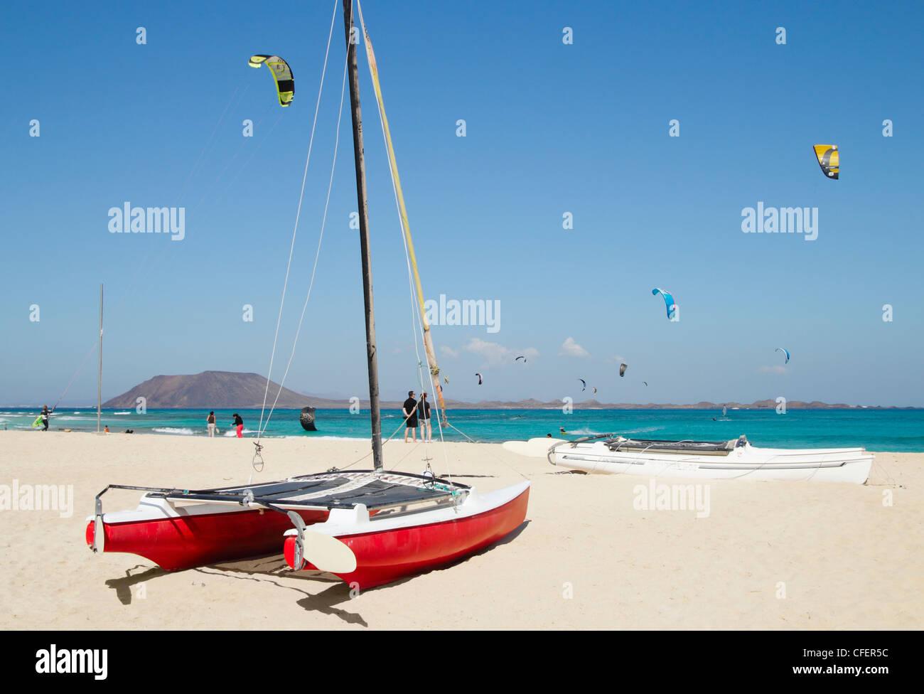 Kitesurfen von Flag Beach, Corralejo mit Lobos Insel im Hintergrund. Fuerteventura, Kanarische Inseln, Spanien Stockbild