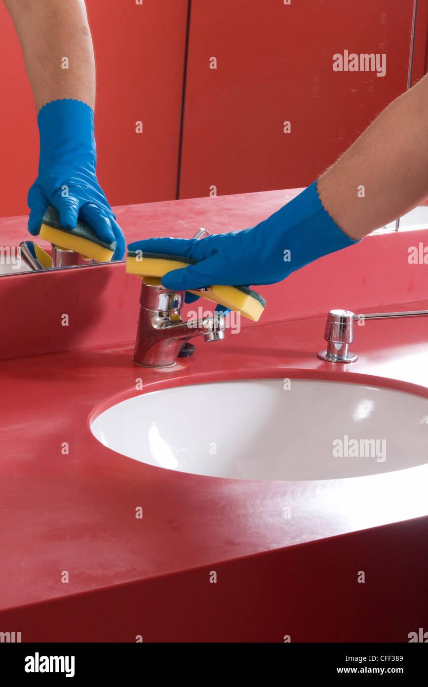 Waschbecken im Badezimmer reinigen Stockfoto, Bild: 43972441 - Alamy