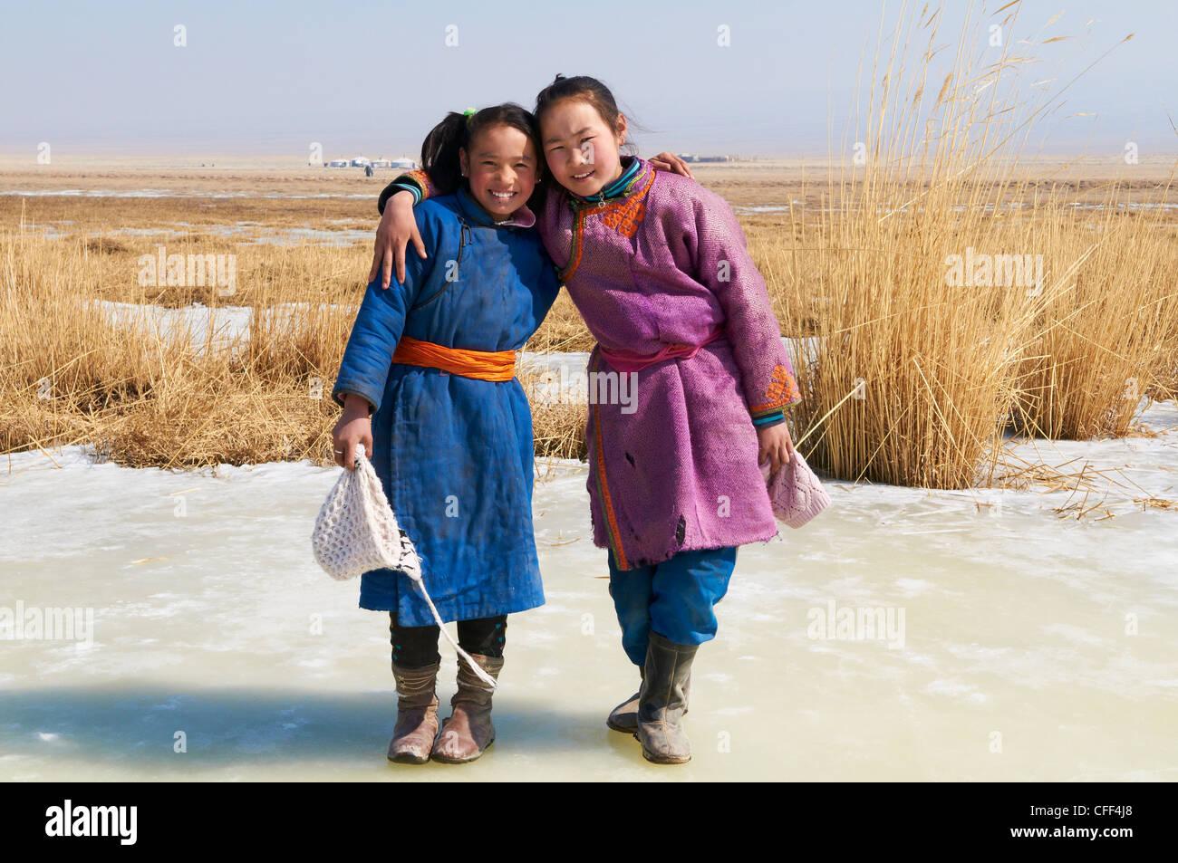 Mongolische Mädchen in traditioneller Tracht (Deel), Provinz Khovd, Mongolei, Zentral-Asien, Asien Stockbild