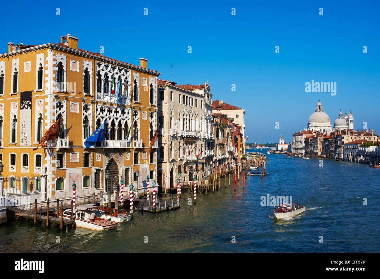Der Canal Grande und die Kirche Santa Maria della Salute in der Ferne, Venedig, Veneto, Italien Stockbild