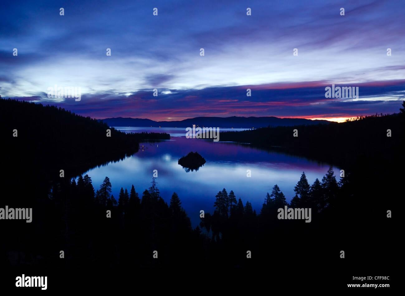 Eine Morgendämmerung Ansicht der Emerald Bay kurz vor Sonnenaufgang in Lake Tahoe, Kalifornien. Stockbild