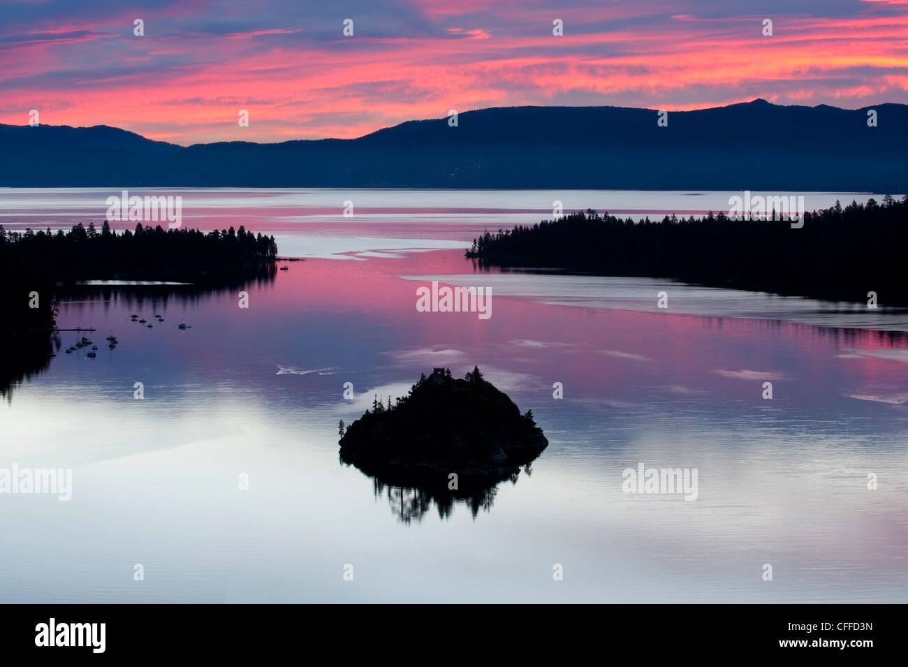 Eine Silhouette von Fannette Island in der Emerarld Bucht bei einem wunderschönen Sonnenaufgang in Lake Tahoe, Stockbild